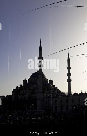 Mosquée et les hommes la pêche sur le pont de Galata, Bosphore, Istanbul, Turquie, mer Méditerranée, Eurasie, Orient Banque D'Images