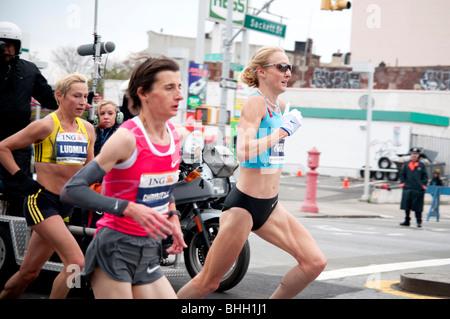 Paula Radcliffe, Christelle Daunay, et Ludmila Petrova la concurrence dans l'ING New York City Marathon en 2009. Banque D'Images