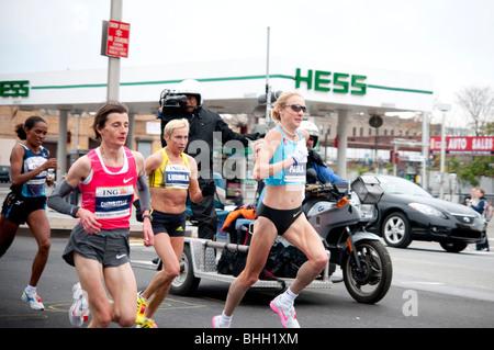 Derartu Tulu, Paula Radcliffe, Christelle Daunay, et Ludmila Petrova la concurrence dans l'ING New York City Marathon Banque D'Images