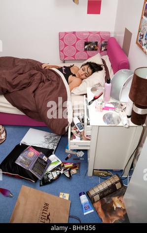 Une adolescente malpropre dormait dans sa chambre, Suffolk UK Banque D'Images