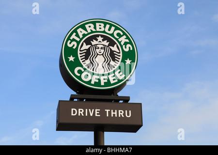 Un signe extérieur d'un drive thru Starbucks coffee shop. Banque D'Images