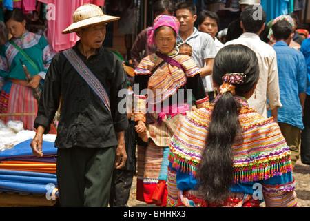 Les membres de la fleur H'Mong groupe ethnique minoritaire au marché de Bac Ha dans le nord du Vietnam. Banque D'Images