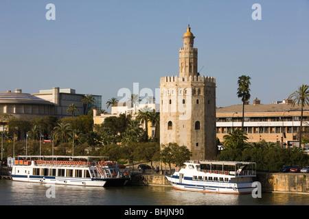 Vue sur River Guadilquivir vers Torre del Oro, Séville, Andalousie, Espagne Banque D'Images