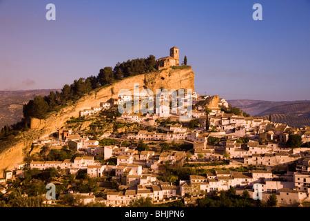 Espagne Andalousie montefrio vue sur ville dans la lumière du matin d'or