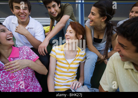 Les adolescents à traîner ensemble, tous de rire Banque D'Images