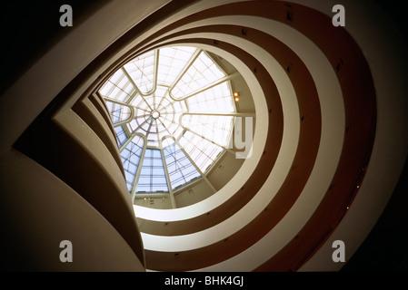 Manhattan, New York, USA. L'intérieur de la bretelle en spirale, Musée Solomon R. Guggenheim sur la Cinquième Avenue, Banque D'Images