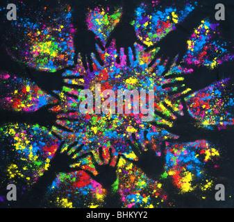 Poudre multicolore part imprime sur un modèle circulaire sur noir Banque D'Images