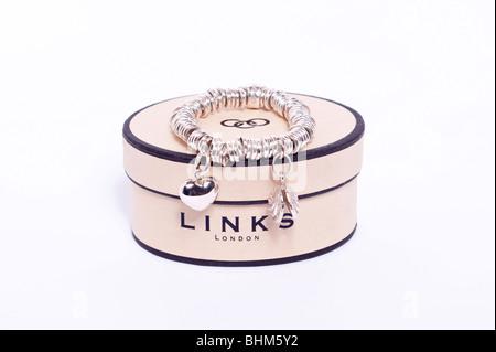 Un Links of London sweetie d'argent charm bracelet sur un fond blanc Banque D'Images