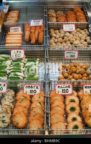Galettes de poisson frit assaisonné à vendre à Kyoto, Japon marché Nishiki Banque D'Images