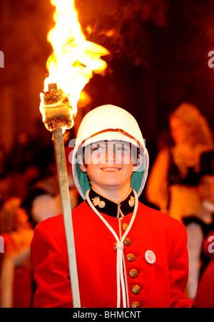 Feu de Lewes célébrations nuit un jeune garçon en robe de sourire alors qu'il prend part au défilé à travers la Banque D'Images