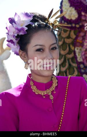 Exposition de fleurs, femme asiatique portrait art floral gite décoré, becked, défilé de flotteurs de spectacle et fleurs colorées; 34ème Festival de fleurs de Chiang Mai.