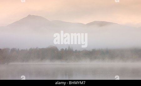 Plus de tons pastels Derwent Water sur une misty morning sunrise, Parc National de Lake District, Cumbria, England, Banque D'Images
