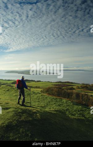 Un marcheur à l'égard de l'Arran (Cumbrae) et frapper, un âge de fer Fort Largs ci-dessus sur le chemin du littoral de l'Ayrshire, Ecosse