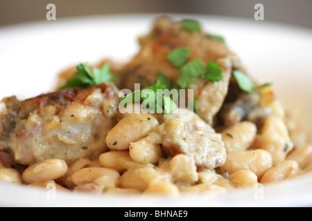 Porc Français traditionnelle authentique cassoulet de haricots blancs et repas avec les gens pas cocotte Banque D'Images