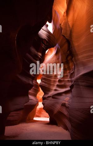La lumière du soleil en streaming une courbe raide murs de Red Rock Canyon Antelope, smooth rock formations de l'érosion Banque D'Images