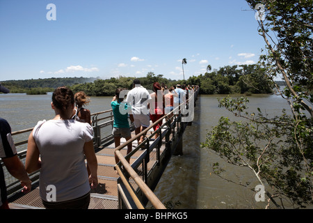 Les touristes sur la piste du circuit de la gorge de diables en passerelle parc national de l'Iguazu, Argentine, Banque D'Images