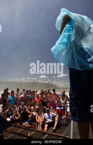 Groupe de touristes posant pour des photos sur la passerelle au-dessus de la gorge de diables Garganta del Diablo Banque D'Images