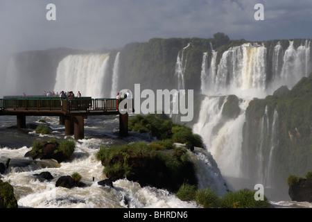 Les touristes sur la plate-forme à la recherche sur les chutes d'Iguaçu du côté brésilien, le parc national de l'État Banque D'Images