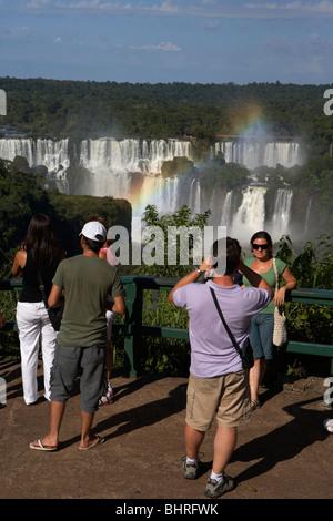 Les touristes à l'Iguazu vu du côté brésilien d'Iguaçu parc national, l'État de Parana, Brésil, Amérique du Sud Banque D'Images