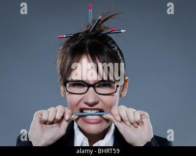 Beautiful business woman biting son crayon sur fond isolé Banque D'Images