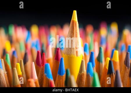 Crayons de couleur représentant le concept de se démarquer de la foule Banque D'Images