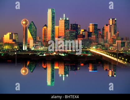 Réflexions de Dallas skyline dans après le coucher du soleil de bougies Banque D'Images