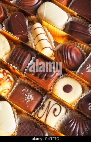 Assortiment de délicieux chocolat noir pralines belge