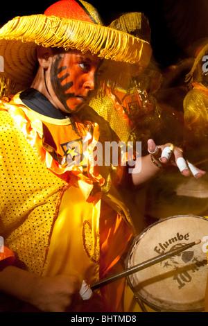 Une batterie de tambour effectue pendant le défilé des Llamadas pendant Carnaval de Montevideo, Uruguay. Banque D'Images