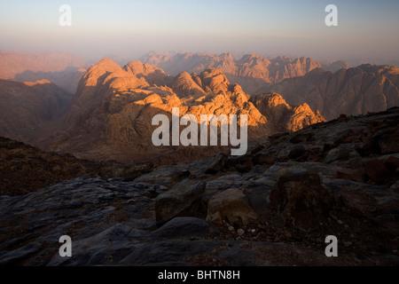 Vue depuis le sommet du mont Sinaï au lever du soleil, Saint Luc, l'Égypte. Banque D'Images