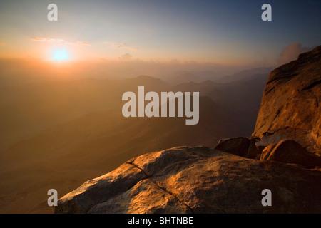Lever du soleil vu depuis le sommet du Mont Sinaï, Saint Luc, l'Égypte. Banque D'Images