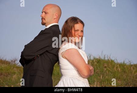 Ce pont young Caucasian groom et ont le dos les uns envers les autres dans un argument. Tourné en extérieur avec Banque D'Images