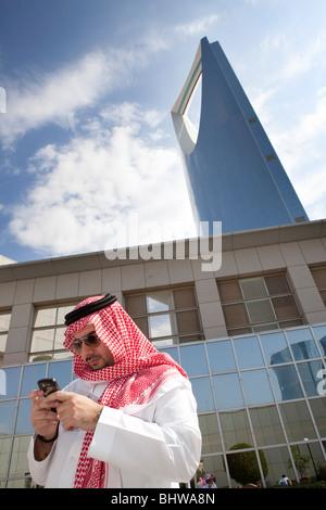 Traditionnel homme Kingdom Tower Riyad Arabie Saoudite Banque D'Images