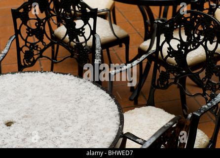 Neige le restaurant fer forgé des tables et des chaises, sur des carreaux de terre cuite à Toulouse, Haute Garonne, Banque D'Images