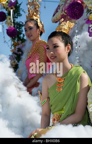 Affichage fleurs, asian woman portrait art floral gaiement décorées, défilé de chars ornés de fleurs colorées; 34e Festival des fleurs de Chiang Mai.