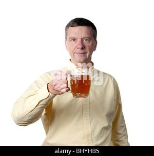 Senior male tenant une pinte traditionnelle partiellement rempli de verre couleur or ale ou de bière et d'élever Banque D'Images