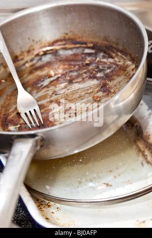 La vaisselle sale dans l'évier - Le temps de se laver Banque D'Images