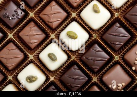 De luxe faits à la main dans une boîte de chocolat - tourné en studio Banque D'Images