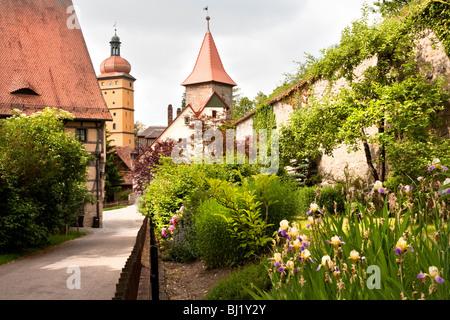 Jardin et sentier avec des bâtiments et en Dinkelsbuhl Segringer Tor, Bavière, Allemagne Banque D'Images