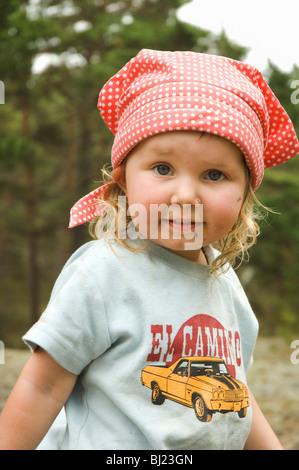 Portrait d'une petite fille dans la nature, la Suède. Banque D'Images