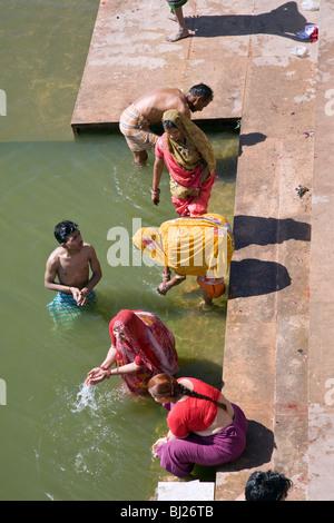 Pèlerins hindous se baigner dans le lac Pushkar. Le Rajasthan. L'Inde Banque D'Images
