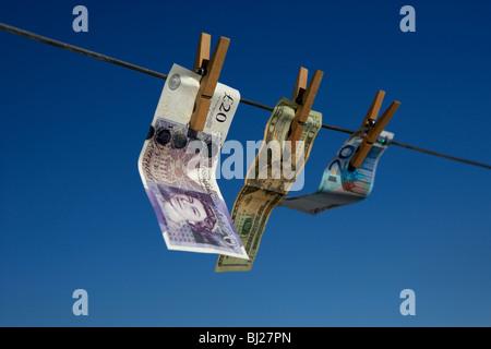 Vingt livres dollars billets accrochés sur une ligne de lavage avec ciel bleu