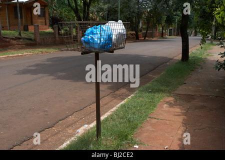 Déchets Les déchets laissés dans une rue de puerto iguazu en Argentine les sacs sont placés sur des supports pour éviter les interférences par les animaux