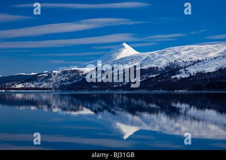 Station House mountain avec des pics enneigés reflétée dans le Loch Rannoch, Perthshire, Écosse, Royaume-Uni, Europe Banque D'Images