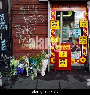 Un mémorial a été placé à l'endroit où un homme appelé Dennis est mort sur l'A227 Coldharbor Lane, Londres, Angleterre, Banque D'Images