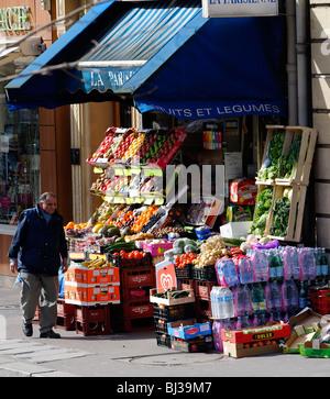 Vendeur de fruits et de l'épicerie dans le centre de Paris Banque D'Images