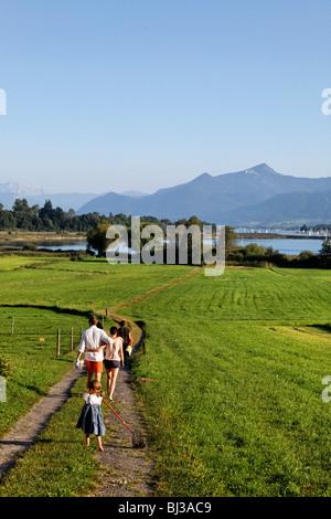 Jeune famille marche sur Schafwaschen Pathway, Chiemsee Chiemgau Haute-bavière Allemagne
