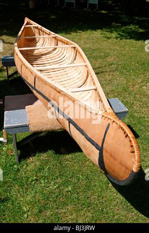 Un canot en écorce de bouleau à la main par les Mi'kmaq de la Nouvelle-Écosse, Canada Banque D'Images