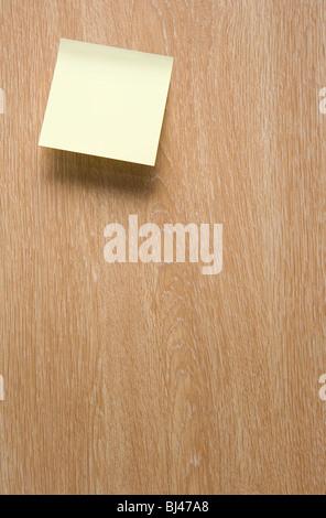 Un post-it jaune sur une porte en bois Banque D'Images