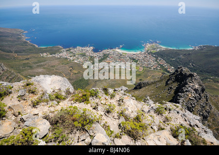 Vue depuis la montagne de la Table sur Camps Bay, Cape Town, Western Cape, Afrique du Sud, l'Afrique Banque D'Images