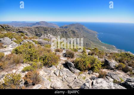 Vue depuis la montagne de la table vers le Cap de Bonne Espérance et de Camps Bay, Cape Town, Western Cape, Afrique Banque D'Images